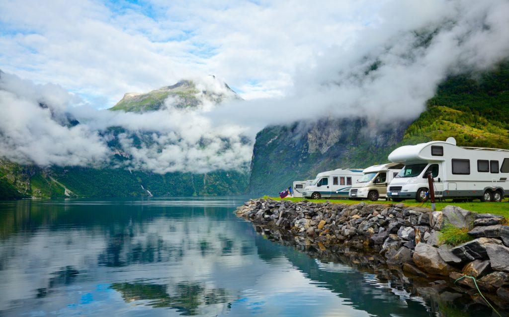 Camping ved en fjord i Norge