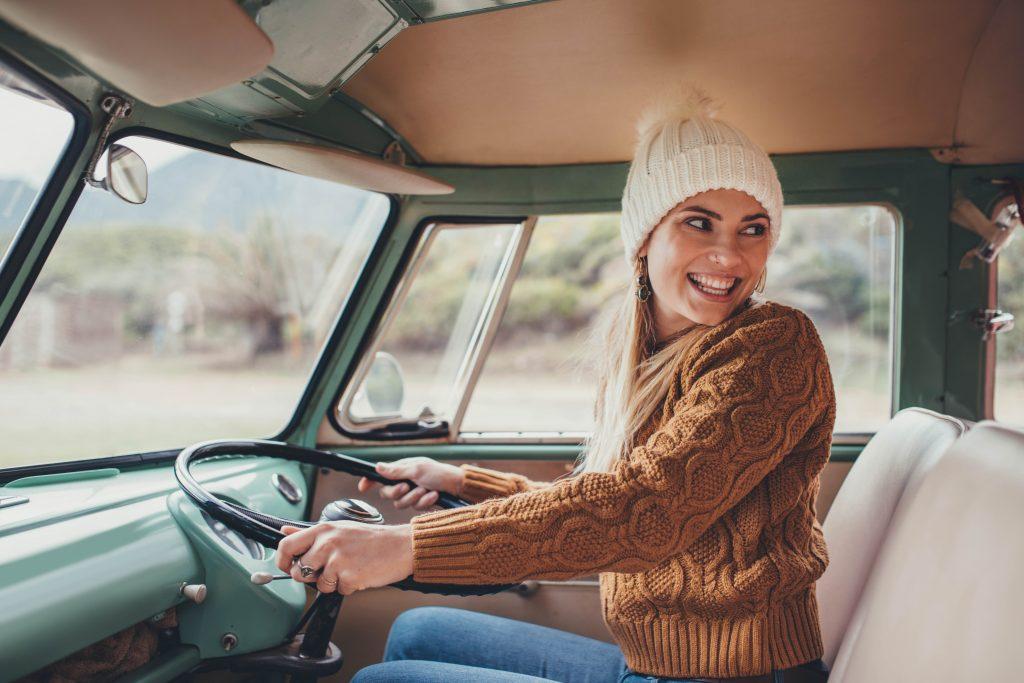 Kvinne i førersetet på en eldre van