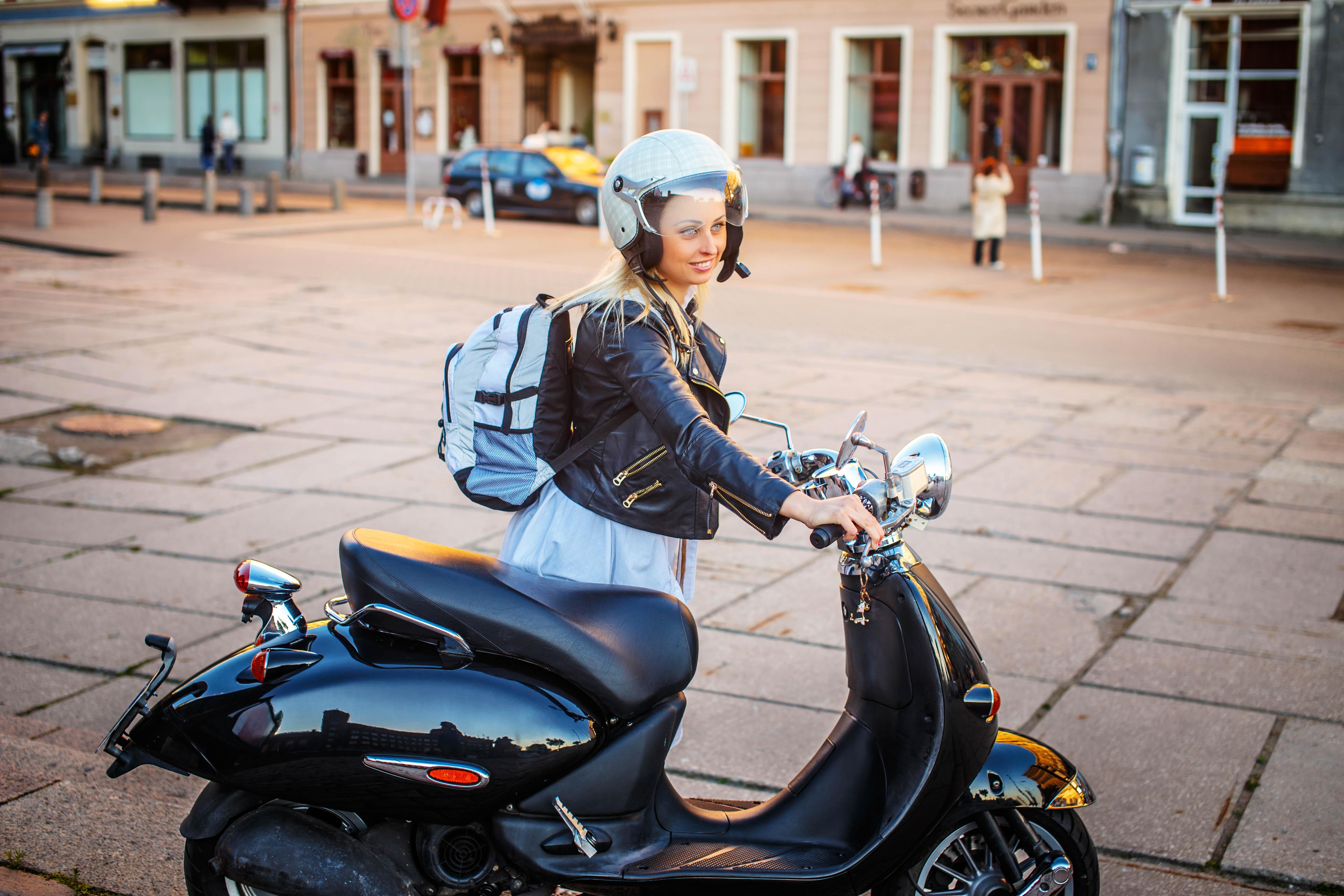 Ung dame med moped i byen